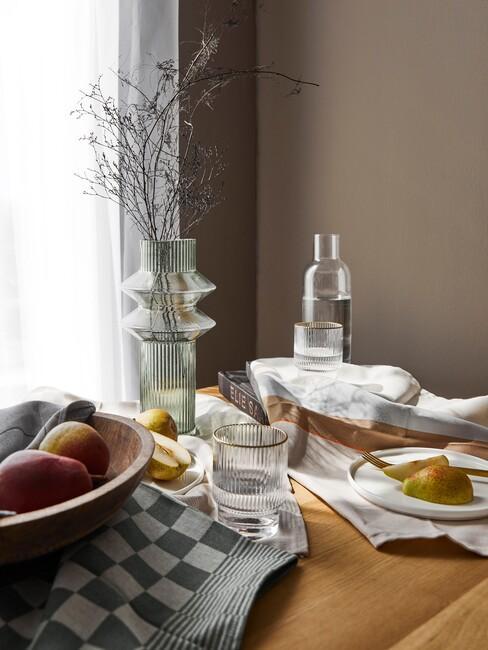 koffiekleuren op de muur en een houten tafel