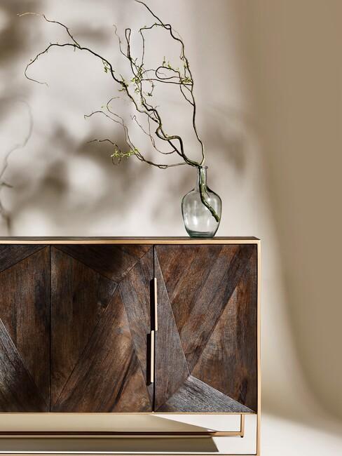 koffiekleuren op een muur en houten kast met gouden poten