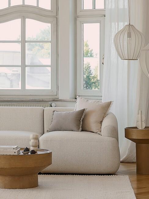 lichte-kleuren woonkamer met beige bank