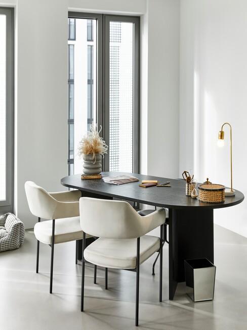 lichte-kleuren home office met een zwart bureau en beige stoelen