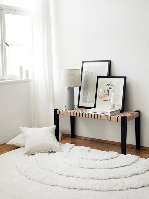 Zwarte houten bank met wit kleed