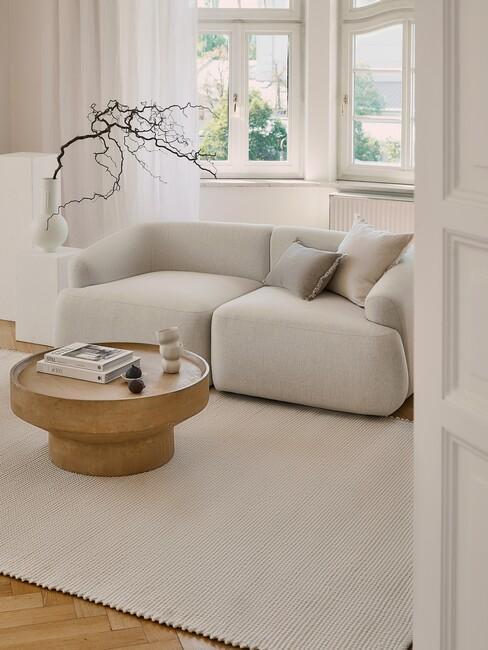 lichte-kleuren: woonkamer in beige tint met houten salontafel