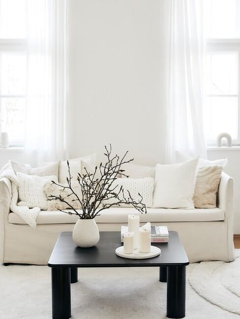 lichte-kleuren met een witte bank en houten zwarte tafel