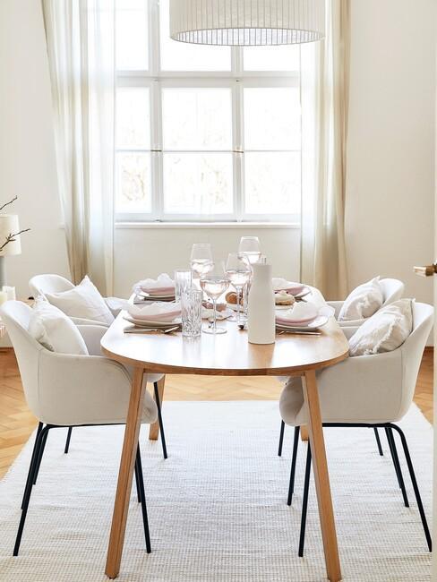Houten ronde tafel met beige stoelen met zwarte poten