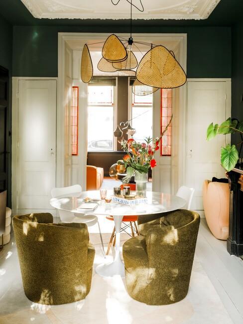 donkere-wandkleuren: zwarte muren met witte tafel en groene stoelen