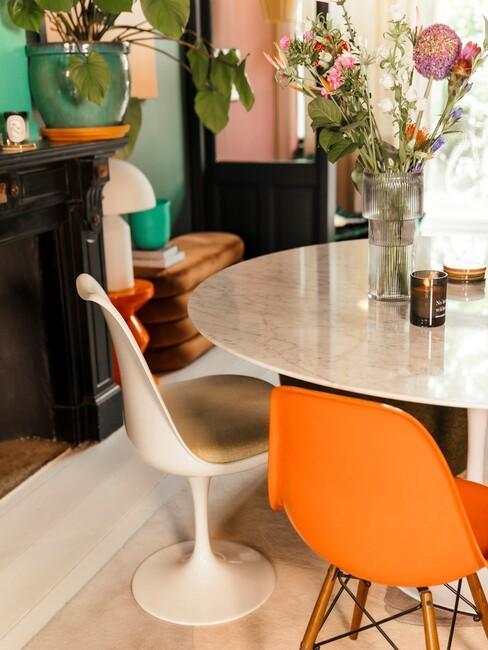Witte tafel met witte en oranje stoel