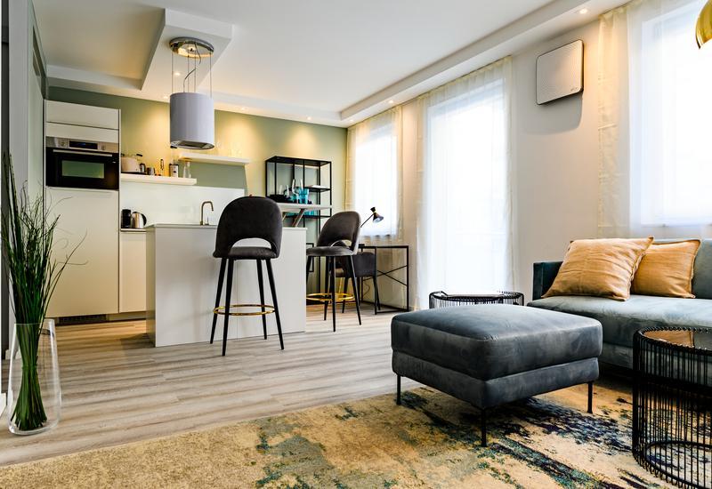 Een kleine woonkamer met open keuken inrichten: voor