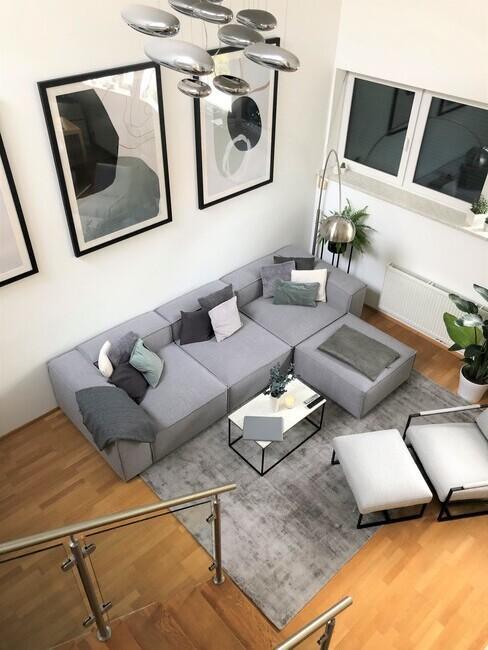 Kleine woonkamer waar de trap uitkomt op de zithoek ingericht in een moderne stijl