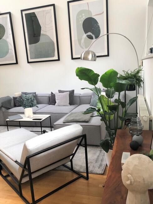 Zithoek in kleine woonkamer met grijze lennon sofa en witte stoel