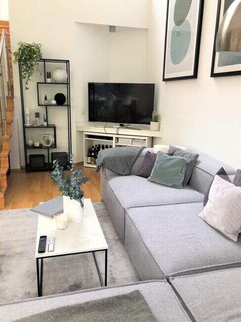 Zithoek in kleine woonkamer met grijze lennon sofa en marmeren bijzettafel