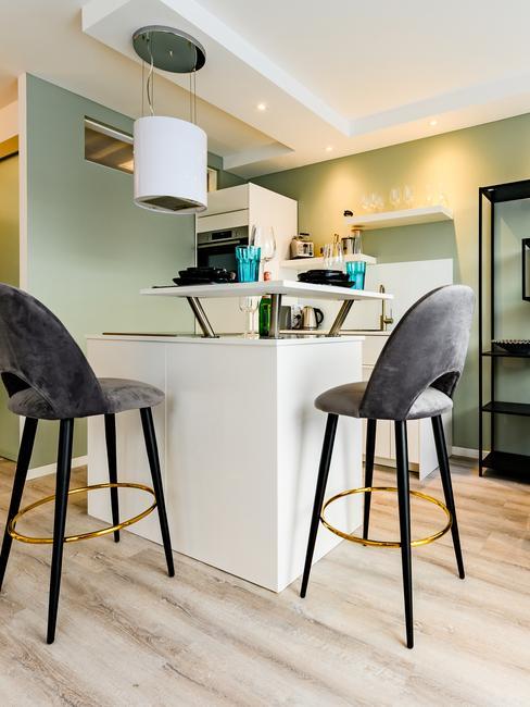 Kleine keuken met bar en hoge rachel stoelen