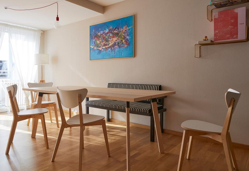 Woonkamer met eettafel in een klein appartement