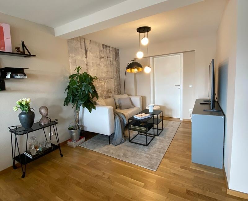 De woonkamer in een klein appartement in stoere gezellige stijl