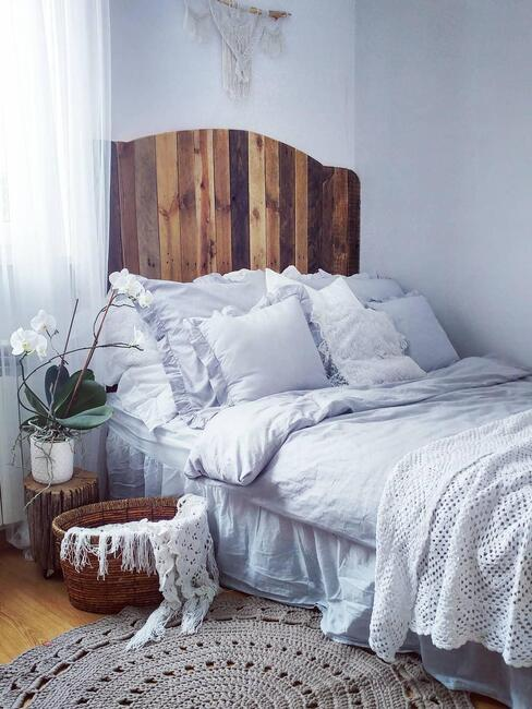 Houten bed met linnen overtrek
