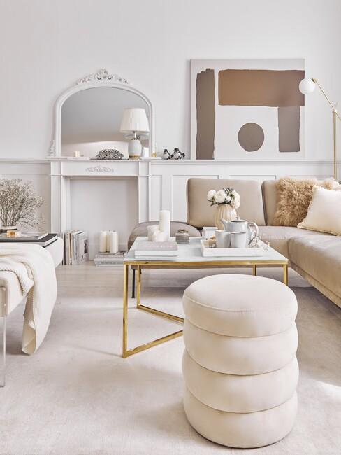 Beige woonkamer met gouden salontafel