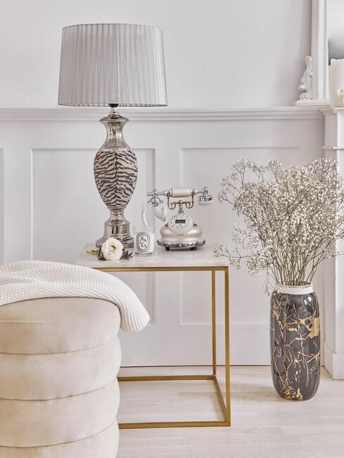 Lichte beige kamer met gouden bijzettafel