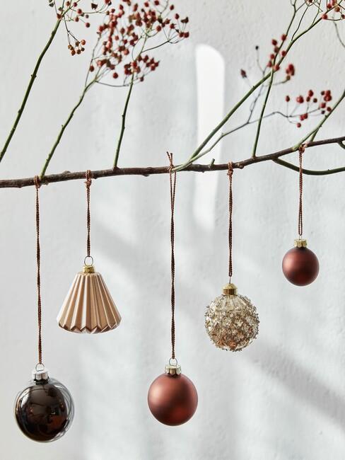Kerstballen aan een houten tak