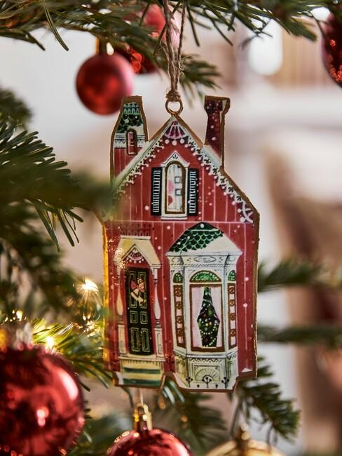 Huis in een kerstboom