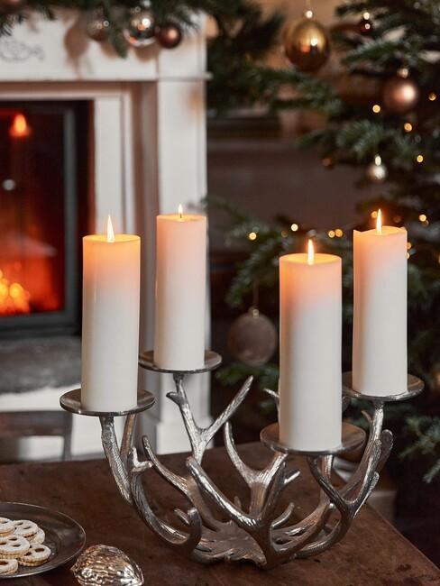 kaarse op tafel voor een kerstboom