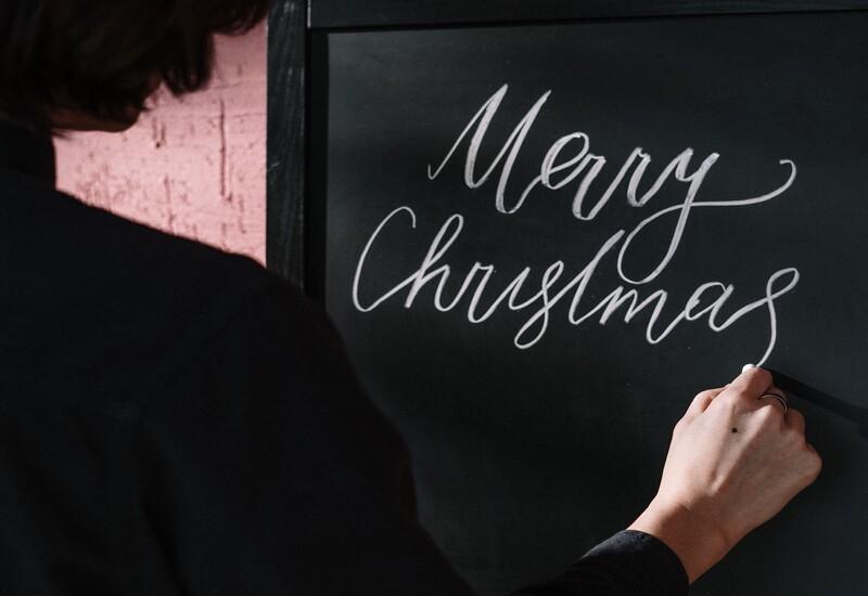 Kerstspreuken op zwart krijtbord