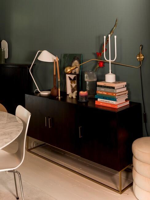 groene muur met een zwarte wandkast