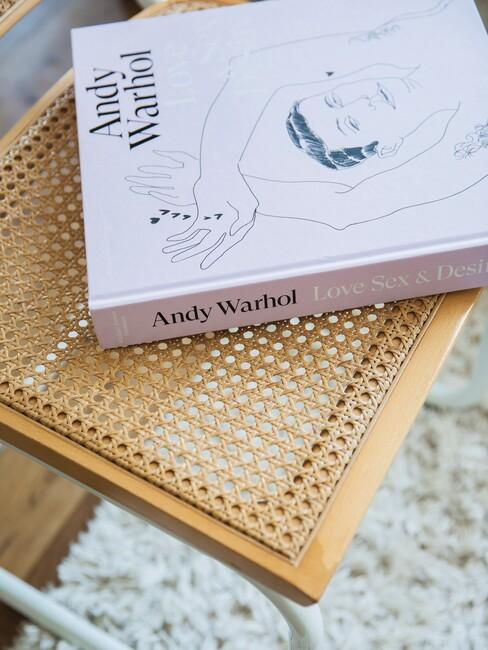 Houten stoel met roze boek