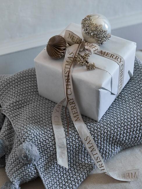 Grijs cadeau met kersbal en grijze linten