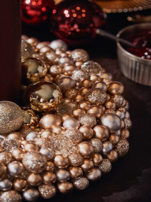 kerstballen in een krans