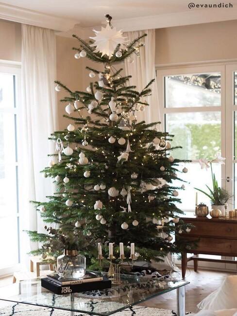 kerstboom met kerstballen in klassieke stijl