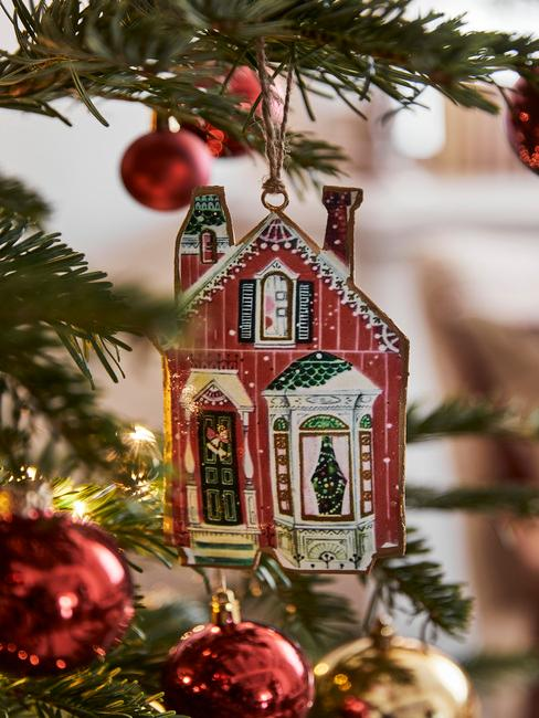 kersthuisje in boom