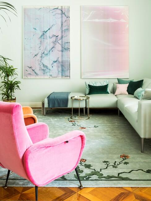 fuchsia fauteuil in woonkamer