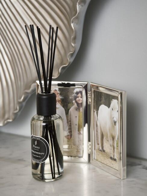 cadeau voor oma: zilvere fotolijst met geurstokken