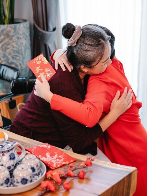 Oma en kleinkind aan het knuffelen
