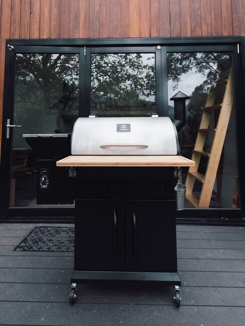 bbq cadeau: gasbarbecue op een houten vlonder