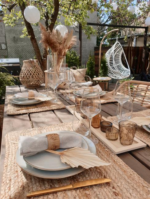 Letnia dekoracja stołu w ogrodzie w stylu boho