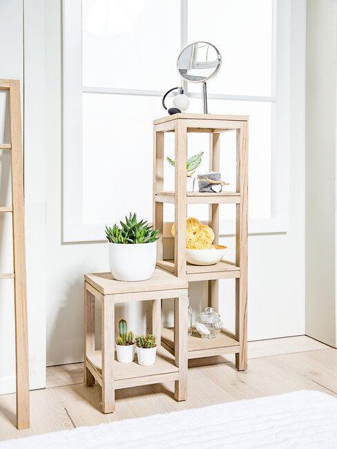 Drewniane półki z ułożonymi przedmiotami
