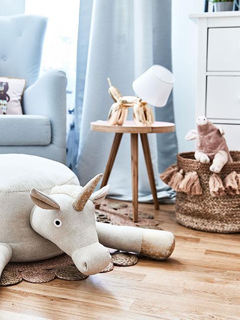 kącik wypoczynkowy z błęlitnym fotelem i zabawkami