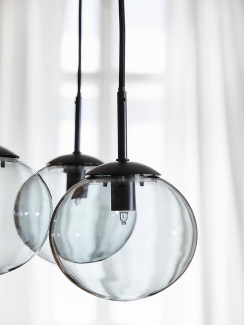 Zbliżenie na przy lampy wykonane z przymymionego szkła
