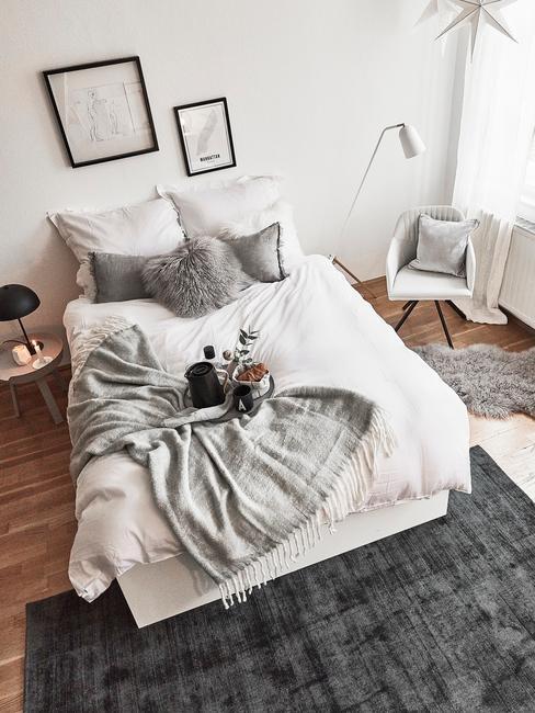 Biała sypialnia z łożkiem oraz szarymi dodatkami