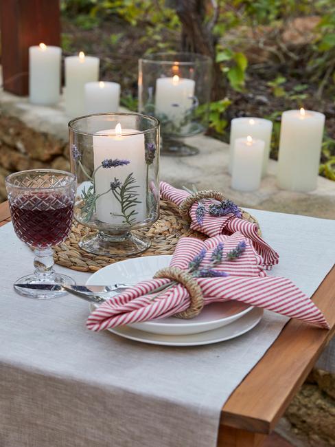 Stół ze świecami, zastawą oraz dekoracjami z lawendy