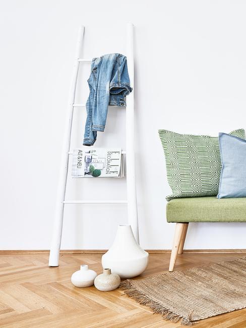 mata wykonana z sizalu ułożona w przedpokoju przy zielonej ławeczce i białej drabinie