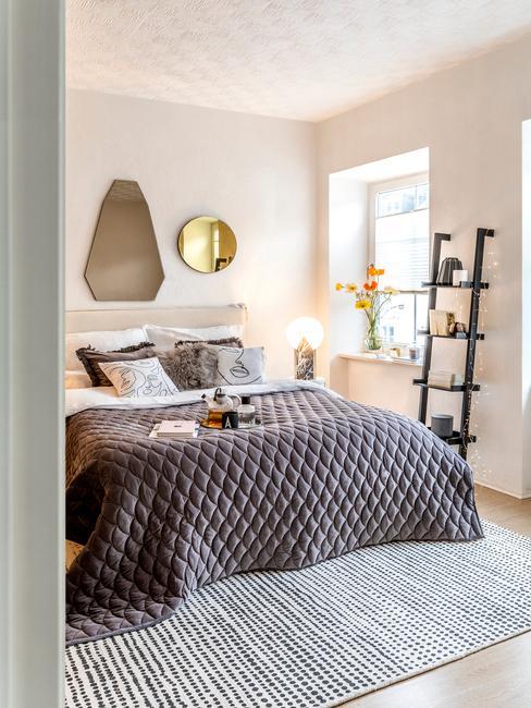 Sypialnia w stylu skandynawskim, czarną półką w kształcie oraz dywanem