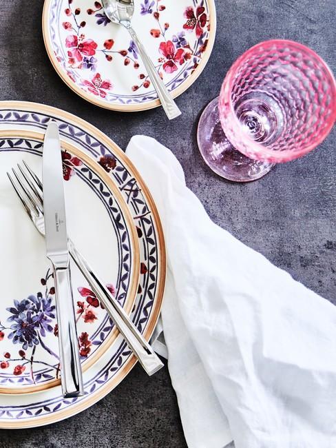 Kolorowa zastawa stołowa z kwiatami