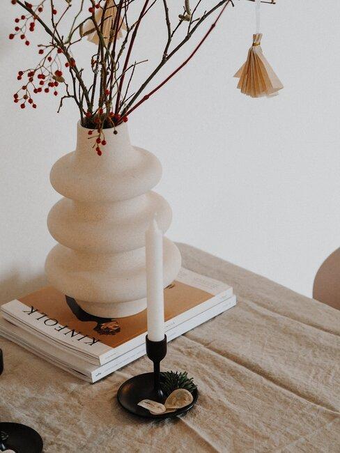 Doniczka w kształcie żarówki na drewnianym stole