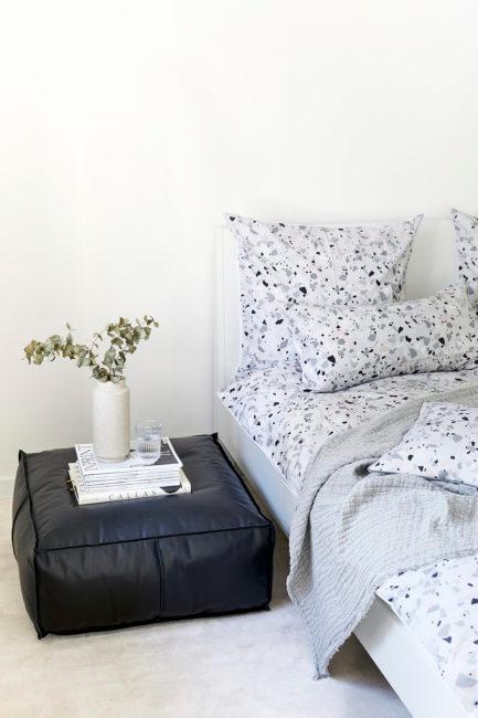 Wazon z eukaliptusem przy łóżku