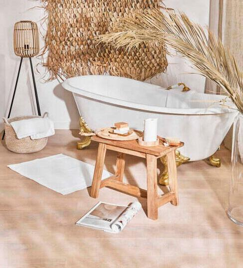 Wanna w drewnianej łazience