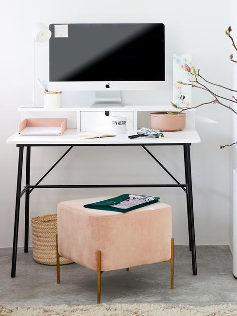 Białe biurko z komputerem z różowym pufem