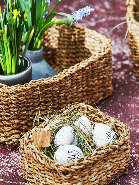 Wiklinowe, prostokątne koszyczki wielkanocne z jajkami oraz kwiatami