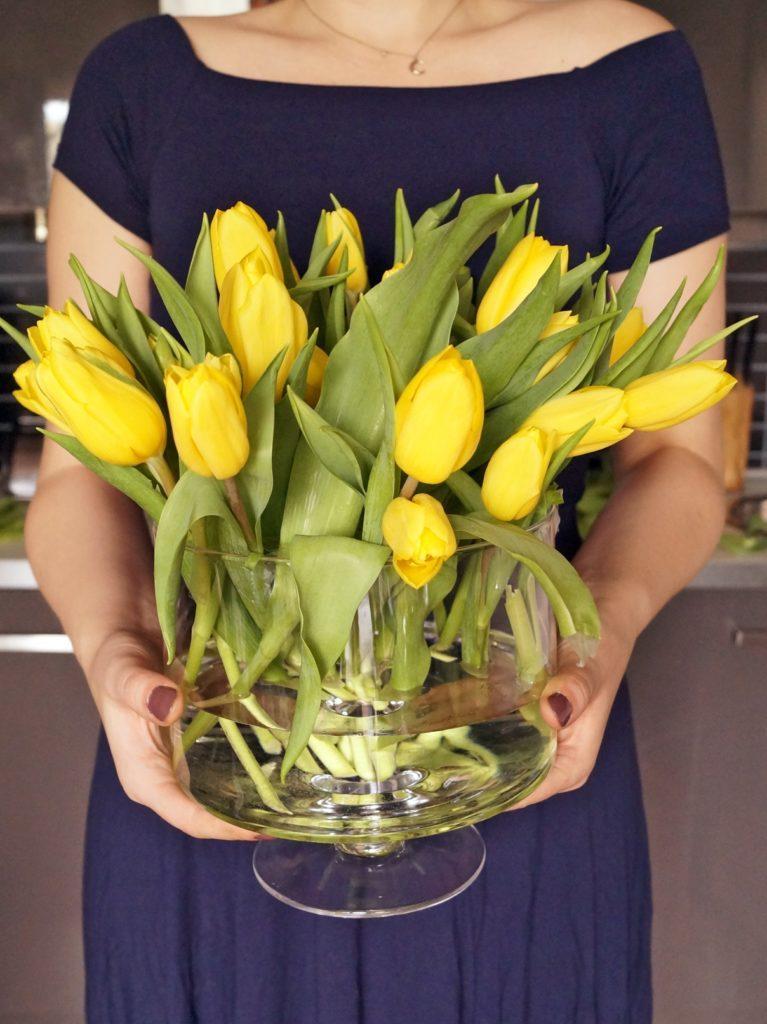 Żółte tulipany w wazonie
