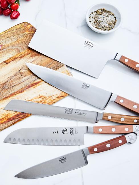 5 różnych noży kuchennych na drewniancej desce